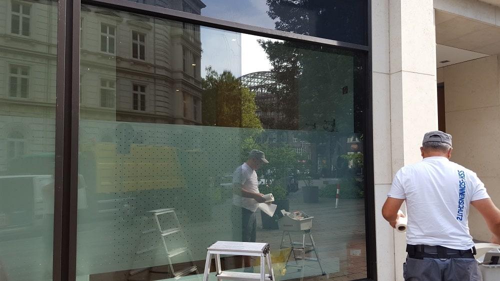 Montage von Schaufensterfolie